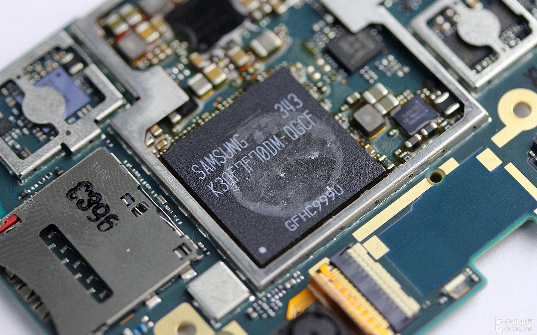 Половину рынка чипов памяти для смартфонов контролирует Samsung